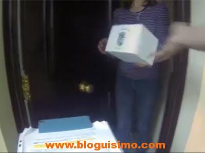 Un fotograma del vídeo en el momento en el que uno de los voluntarios hace la entrega.