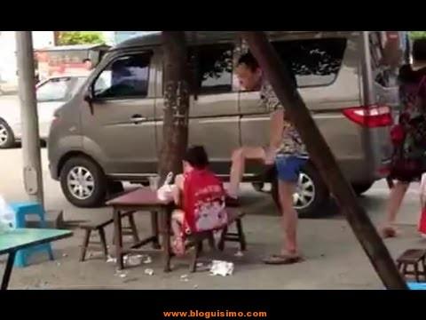padre chino pega a su hija por no comer