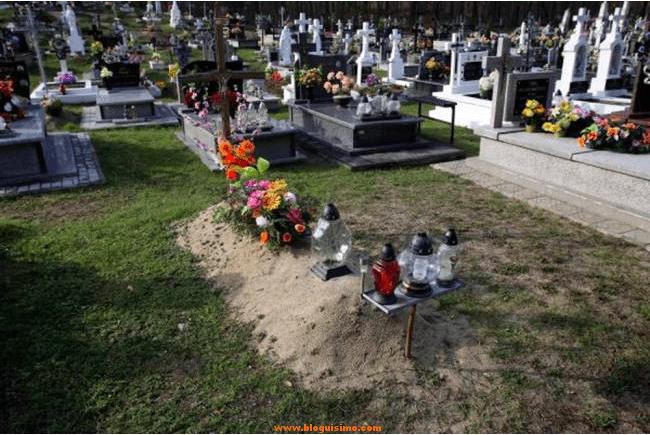 Vuelve a casa y se encuentra a sus padres llevándole flores a su propia tumba