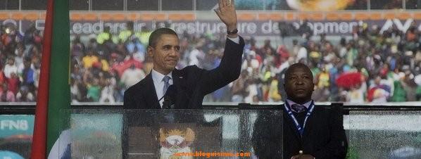 Obama al lado del falso intérprete en el funeral de Nelson Mandela
