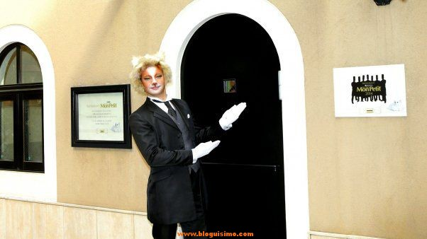 Uno de los camareros del restaurante, disfrazado de gato