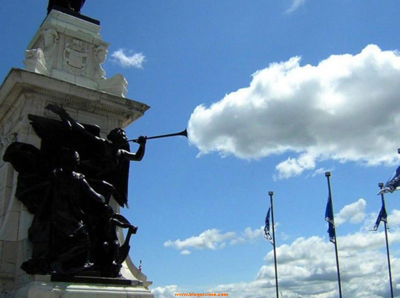 statue-cloud-perfect-timing