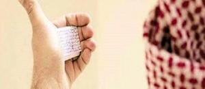 Foto: El hombre observa la chuleta. Al Arabiya