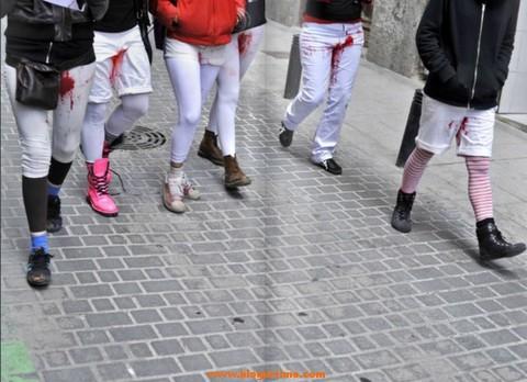 Un colectivo sale a la calle con pantalones blancos manchados de regla 3