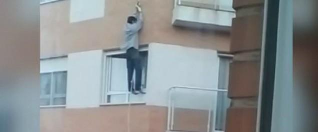 Muere intentando entrar a su casa por la ventana tras olvidarse las llaves