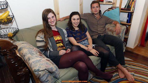 unos-estudiantes-compran-un-sofa-de-segunda-mano-y-un-dia-notan-un-bulto-en-un-cojin